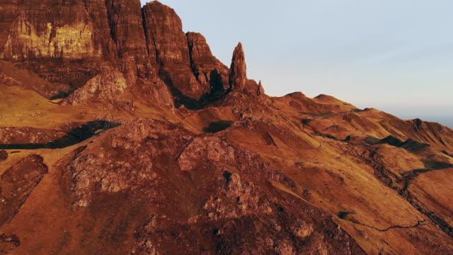 スカイ島の空中ドローンショット、スコットランドハイランド日の出日の日没オールドマンオブストール - 崖点の映像素材/bロール