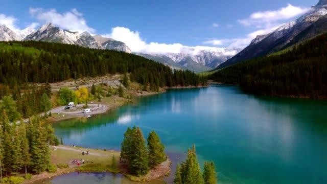 vidéos et rushes de tir de drone aérien de verdure luxuriante du lac two jack dans le parc national banff, alberta, canada. - étendue sauvage scène non urbaine