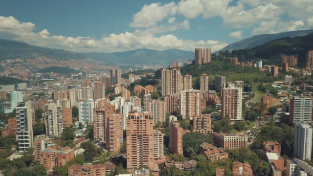 aerial drone shot of medellin in colombia - колумбия стоковые видео и кадры b-roll