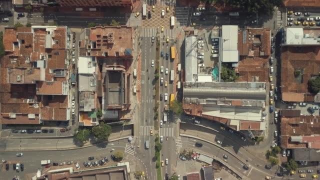 vídeos de stock, filmes e b-roll de tiro aéreo do zangão de medellín em colômbia - colômbia