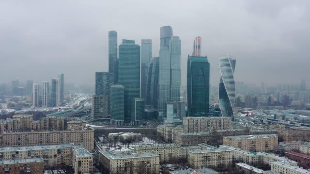 vídeos de stock e filmes b-roll de aerial drone shot of moscow city skyscrapers at cloudy winter day - jogos internacionais
