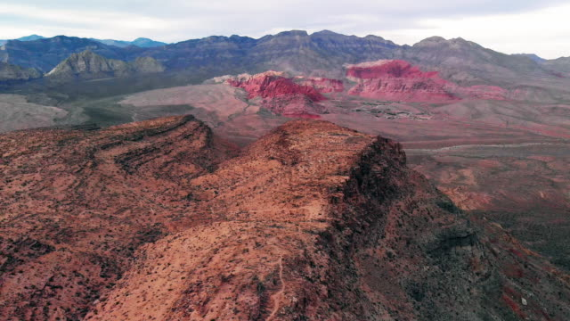 red rock canyon ulusal koruma alanı ve taş ocağı las vegas, nevada yanında hava uçak atış - demir stok videoları ve detay görüntü çekimi