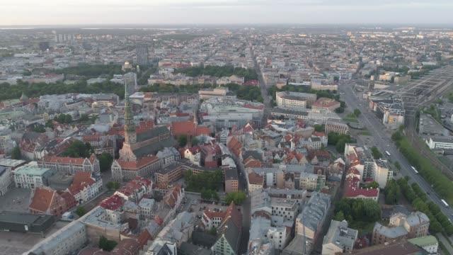 vídeos de stock e filmes b-roll de aerial drone shot of riga - letónia
