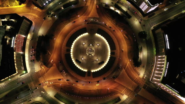 vídeos de stock e filmes b-roll de aerial drone shot of traffic at a roundabout in lisbon at night - portugal