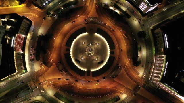 vidéos et rushes de drone aérien tiré de la circulation à un rond-point à lisbonne la nuit - rond point