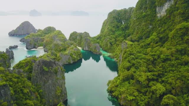 drone aereo girato dall'isola tropicale con rocce, palawan, filippine - filippino video stock e b–roll