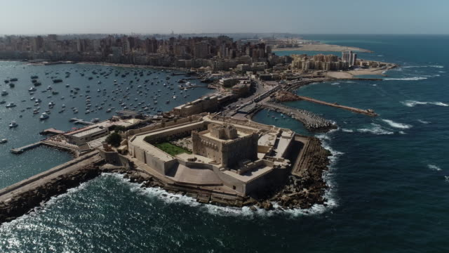 vídeos y material grabado en eventos de stock de drone aéreo shot over egypt alexandria city sea - the citadel of qaitbay - egipto