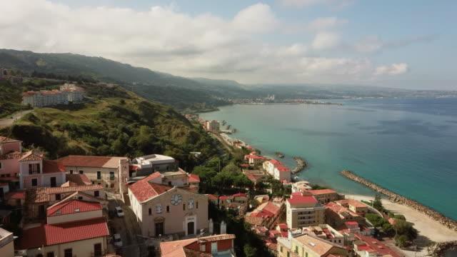 vídeos de stock, filmes e b-roll de drone aéreo disparado de pizzo, cidade na calábria com antigas casas européias - itália