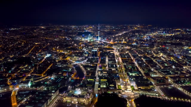 vídeos y material grabado en eventos de stock de berlin, alemania - mayo,2019: vista de hiperlapso de lapso de tiempo de drones aéreos del centro de berlín desde arriba por la noche. - berlín