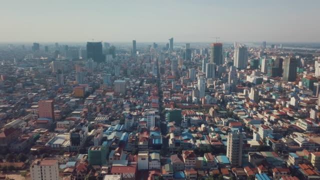 vídeos de stock, filmes e b-roll de excursão aérea do zangão de phnom penh, cambodia - característica arquitetônica