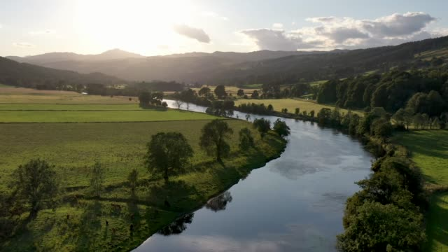 vídeos de stock, filmes e b-roll de vídeo aéreo de drone sobre river tay, escócia - reino unido