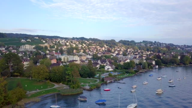 vídeos de stock e filmes b-roll de aerial drone video over zürich lake in switzerland - margem do lago
