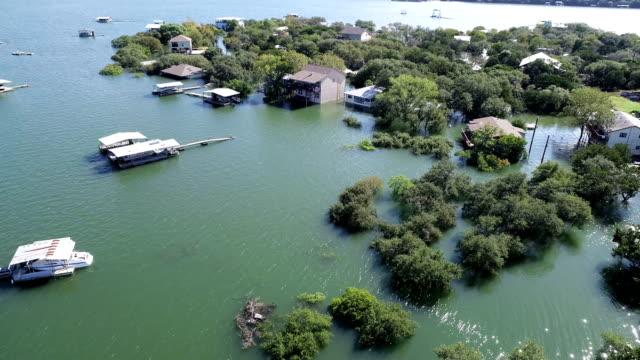 vidéos et rushes de vue aérienne drone au-dessus énorme inondé des maisons de quartier et maisons sous-marines et détruits - littoral