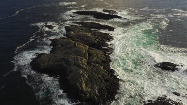 vídeos y material grabado en eventos de stock de vista aérea de drones: sobrevolando las costas de bergen, en el mar del norte - drone footage