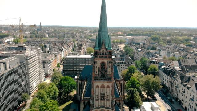 luftbild-drohne ansicht. deutschland düsseldorf kirche st. peter. panorama von düsseldorf - düsseldorf stock-videos und b-roll-filmmaterial