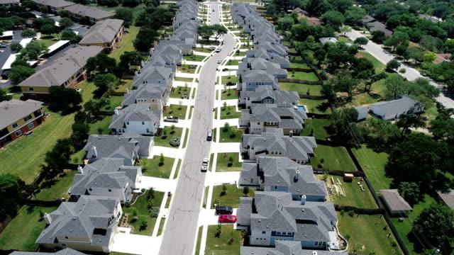 vídeos y material grabado en eventos de stock de vista aérea del abejón bajando hacia abajo a través de la nueva fila única de lujo moderno casas inmobiliaria desarrollo filas del suburbio de casas - nueva casa