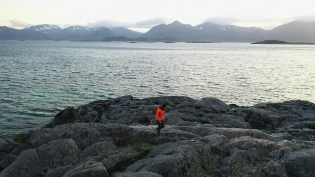 Drohnen-Luftbild: Mann auf den Lofoten in Norwegen – Video