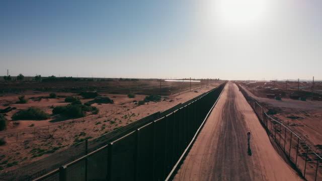 西テキサスからニューメキシコまで広がる狭い孤独な砂漠の高速道路の空中ドローンビュー - 壁点の映像素材/bロール