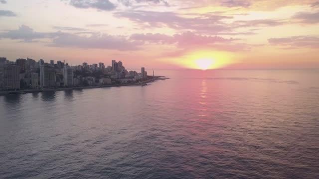 在美麗的黃金時間日落時, 黎巴嫩貝魯特的空中無人機景觀。 - lebanon 個影片檔及 b 捲影像