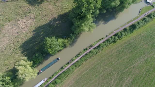 vídeos y material grabado en eventos de stock de vista aérea de drones del barco en un canal estrecho - estrecho