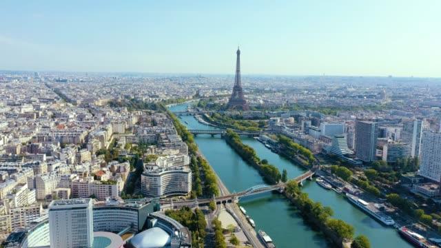 vidéos et rushes de paris, france - mai, 2019: vue aérienne drone de la tour eiffel et la seine dans le centre historique de la ville d'en haut. - paris
