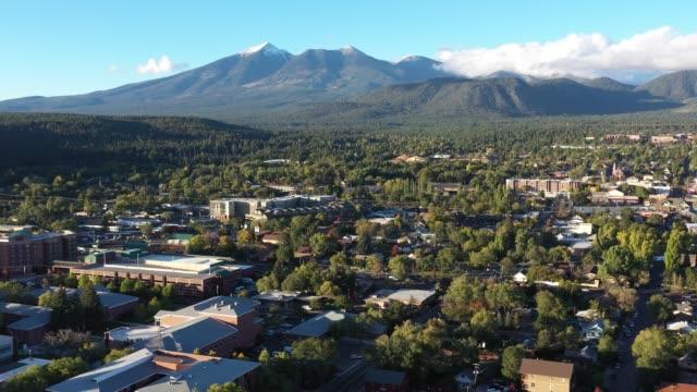 vídeos y material grabado en eventos de stock de vista aérea drone de montaña flagstaff, una ciudad montañosa a altitud de 7000 pies - mástil