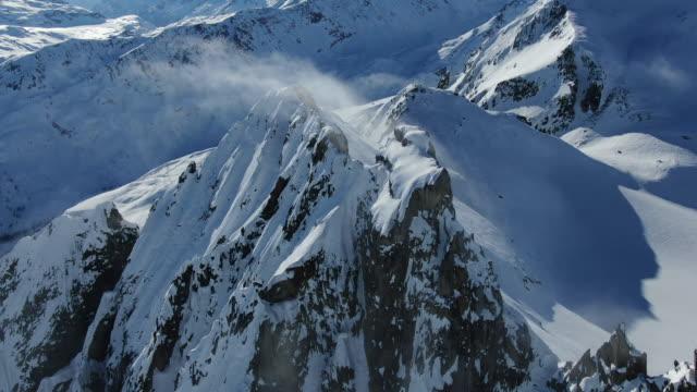 luft-drohnenansicht des hochalpinen bergrückens mit schnee bedeckt - alpen stock-videos und b-roll-filmmaterial