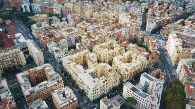 i̇talya'da tarihi şehir merkezinin havadan drone görünümü kilitlenmeden önce - roma i̇talya stok videoları ve detay görüntü çekimi