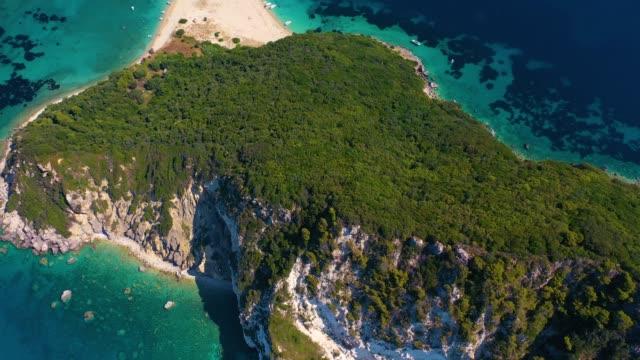 stockvideo's en b-roll-footage met luchtdronemening van iconisch klein onbewoond eiland marathonisi, zakynthos - baai