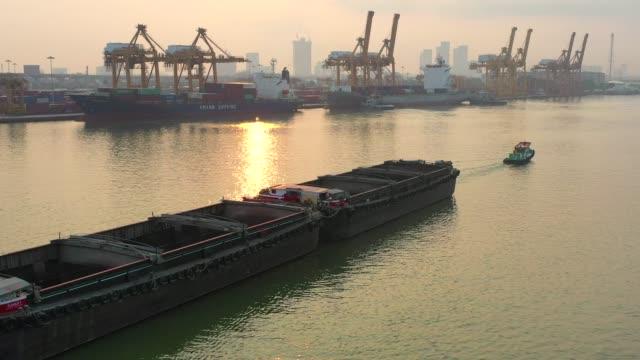 stockvideo's en b-roll-footage met luchtfoto drone mening van industriële haven met container haven waar is een deel van de scheepvaart - perzische golfstaten