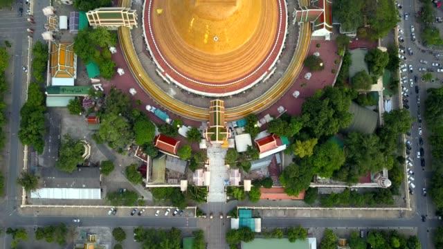 phra nakhon pathom, thailand içinde pathom chedi hava dron görünümü - stupa stok videoları ve detay görüntü çekimi