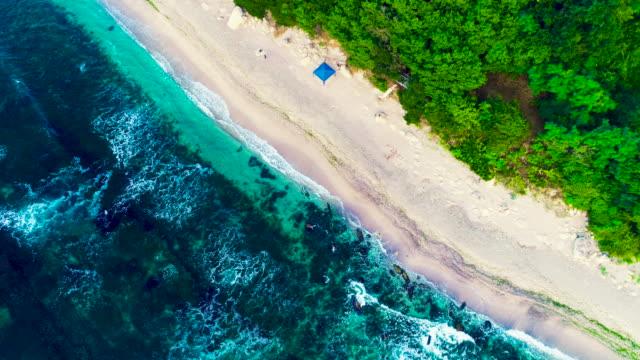 aerial drönarvy klippiga kust med kraschar havsvågor och vacker natur - high dynamic range imaging bildbanksvideor och videomaterial från bakom kulisserna