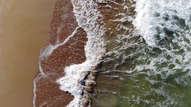 Vue aérienne de drone des vagues de la mer de Kilyos Beach à istanbul. Images 4K. - Vidéo