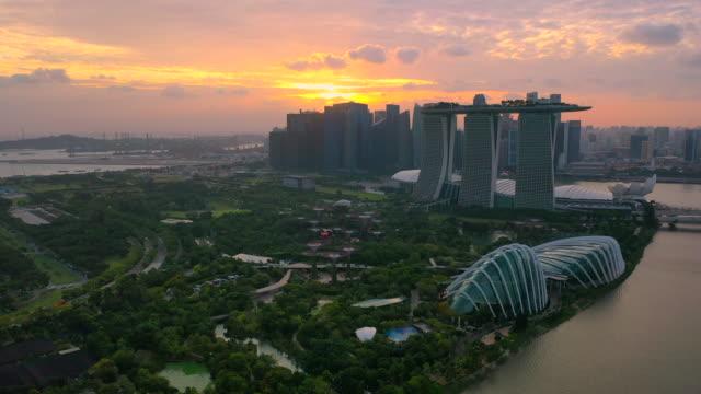 vista aerea dei droni dello skyline di singapore nella scena del tramonto - baia video stock e b–roll