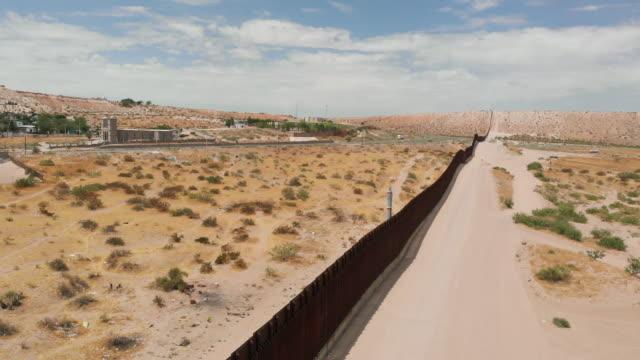 国境の壁分割サンランドパーク、ニューメキシコ州、ポートアナプラ、メキシコの空中ドローンビュー - 壁点の映像素材/bロール