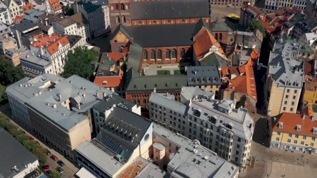 riga, latvia - may, 2019: aerial drone view of the old city centre of riga by dome cathedral and his courtyard. - латвия стоковые видео и кадры b-roll