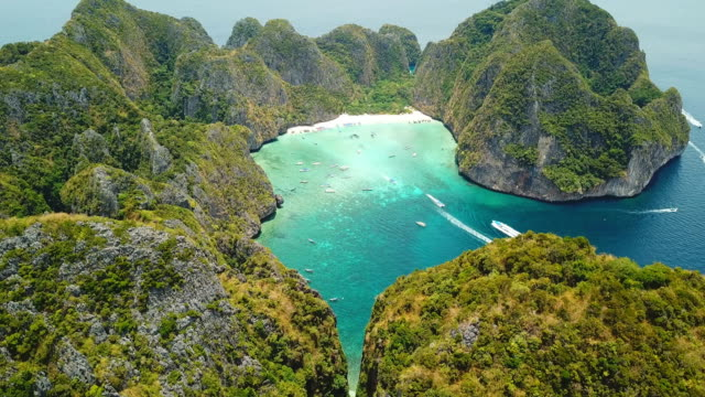 aerial drone view of tropical maya bay and limestone cliffs, phi phi islands, thailand - остров стоковые видео и кадры b-roll
