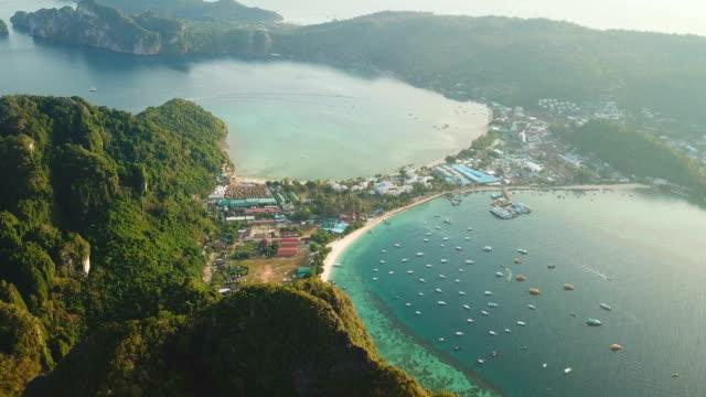 vidéos et rushes de vue aérienne de drone de la baie tropicale de maya et des falaises calcaires, phi phi islands, thaïlande - mer d'andaman