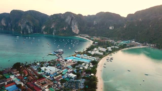 vidéos et rushes de vue aérienne de drone de la baie tropicale maya et des falaises calcaires, îles phi phi, thaïlande - mer d'andaman