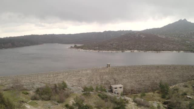 vídeos de stock e filmes b-roll de aerial drone view of vale do rossim in serra da estrela, portugal - vídeos de barragem portugal