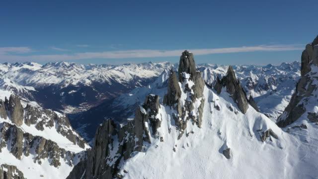 stockvideo's en b-roll-footage met luchtfoto drone uitzicht op de winter hoge alpine pieken - sneeuwkap