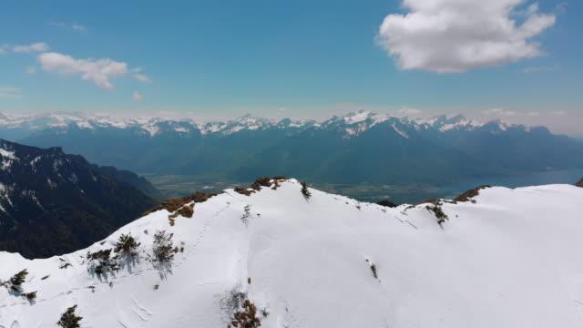스위스 알프스의 스노위 봉우리에서 공중 드론 보기. 스위스. 로체스 드 나예 산봉우리 - mountain top 스톡 비디오 및 b-롤 화면
