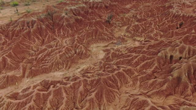 stockvideo's en b-roll-footage met luchtfoto drone uitzicht over woestijnlandschap in colombia - geologie