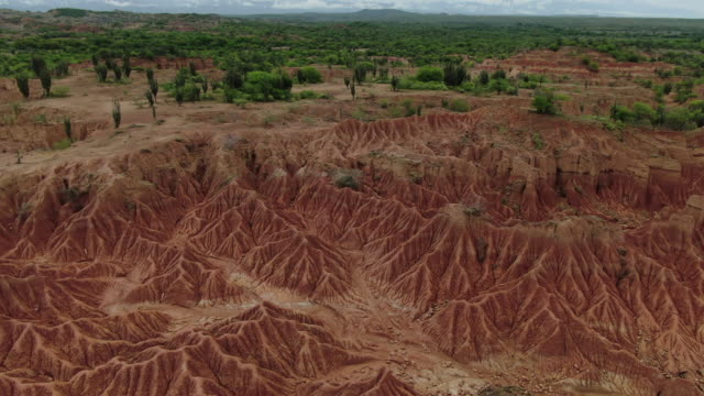 vídeos de stock e filmes b-roll de aerial drone view over tatacoa desert in colombia on cloudy day - colômbia