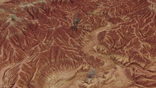 vídeos y material grabado en eventos de stock de vista aérea de drones sobre el desierto de tatacoa en colombia en un día nublado - diseño natural