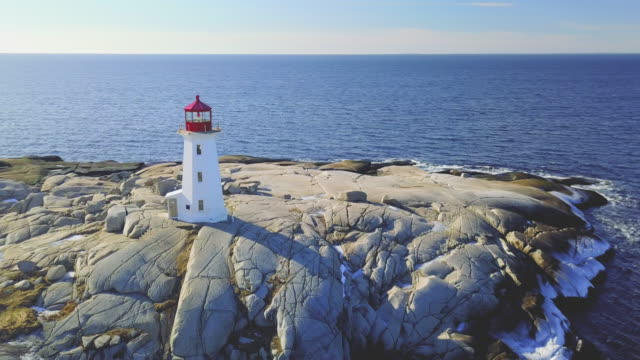 vídeos de stock, filmes e b-roll de vista aérea do drone - farol da enseada de peggy - canadá