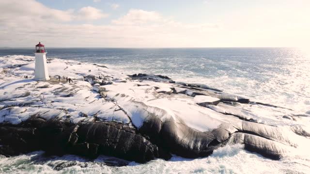 空中ドローンビュー - ペギーズコーブ灯台 - 大西洋点の映像素材/bロール