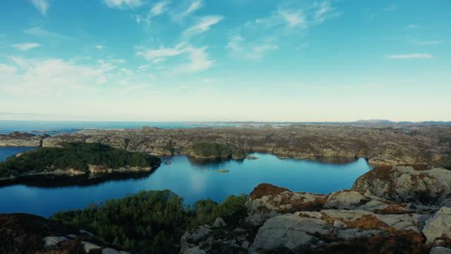 vídeos y material grabado en eventos de stock de vista aérea de drones: el mar y los fiordos de noruega - bergen