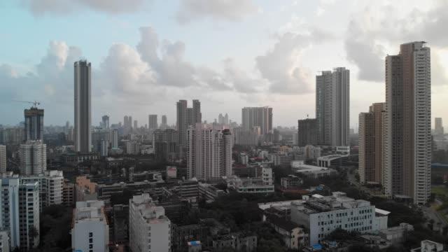 vista aerea dei droni attraverso la città di mumbai - india video stock e b–roll
