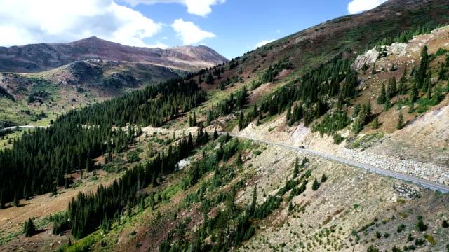 vídeos de stock, filmes e b-roll de vista aérea de zangão virando toda passar aspen, colorado mountain valley - independence pass